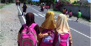 Budaya Jalan Kaki Sekolah di Sumba, Layak Dicontoh